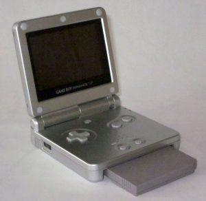 GBA SP avec jeu Game Boy (ça dépasse mais c'est correct !)